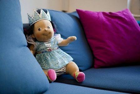 Dukke i sofa