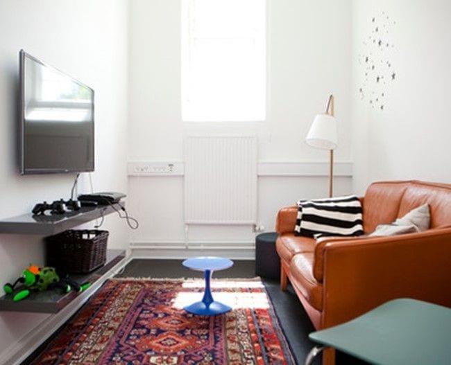 Værelse med sofa og tv
